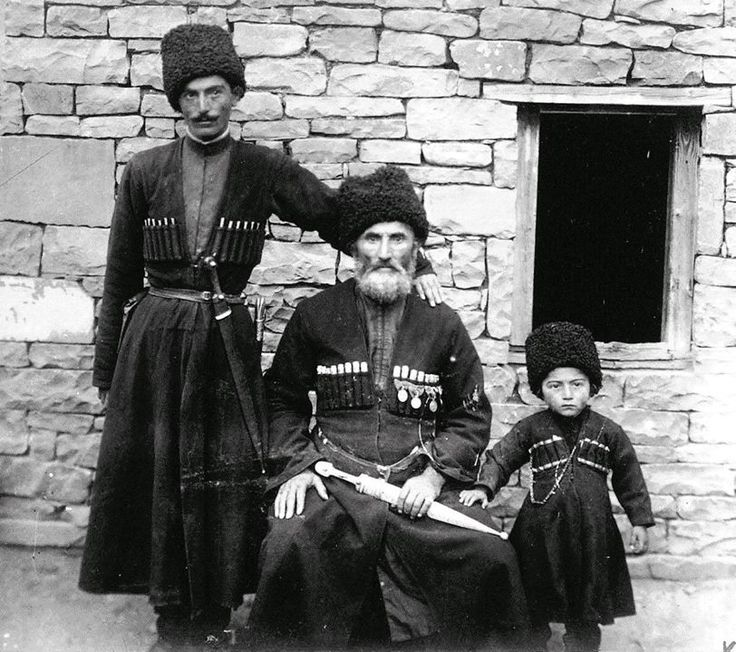 Магомедхан Магомедханов Магомедхановы . Слева Даниял (убит в Гражданскую войну, похоронен в с. Цуриб), в центре отец Данияла - Магомед (Пат1амух1амад) (сын Магомедхана, алима времен Шамиля, депутат Казикумухского окружного суда и письмоводитель того же округа, умер в 1912 году, похоронен в с. Арчиб, мой прадед) , справа сын Данияла Сааду (ум. в 1972, похоронен в с.Арчиб).