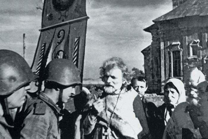 Священник отец Дмитрий (Орловский) благословляет советских бойцов перед боем. Орловское направление, 1943