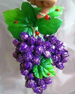 Для создания веточки винограда понадобятся: конфетки, флористическая проволока (можно использовать...