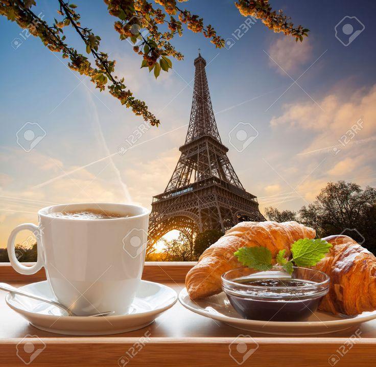 Кофе и круассаны против Эйфелевой башни в Париже, Франция Фотография, картинки, изображения и сток-фотография без роялти. Image 34429502.