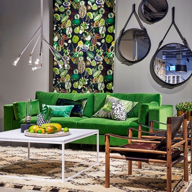 Grönt är skönt! Naturen gör sina avtryck i hemmet och vi satsar gärna på hållbara material som sten, trä och skinn. Med en generös grön soffa i mjuk sammet, lampan Kvist av Jonas Bohlin och safarifåtöljer i 60-tals stil får du en skön mix i rummet. Tyget Soft Manaos av Christian Lacroix blir pricken över i:et.