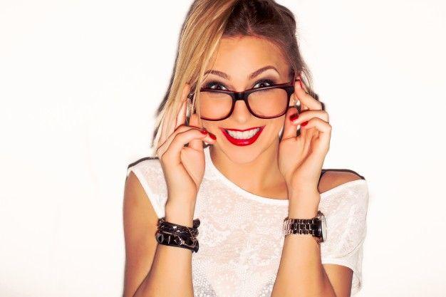 Primer plano de la chica a la moda llevando gafas Foto Gratis