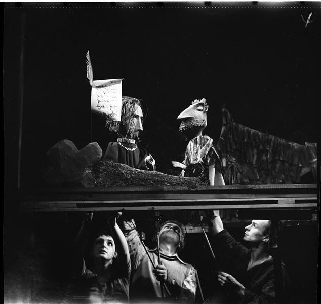 """Mephisto übergibt Faust den Vertrag, Probenfoto zu """"Das Puppenspiel vom Dr. Faust"""" am Puppentheater der Stadt Magdeburg"""