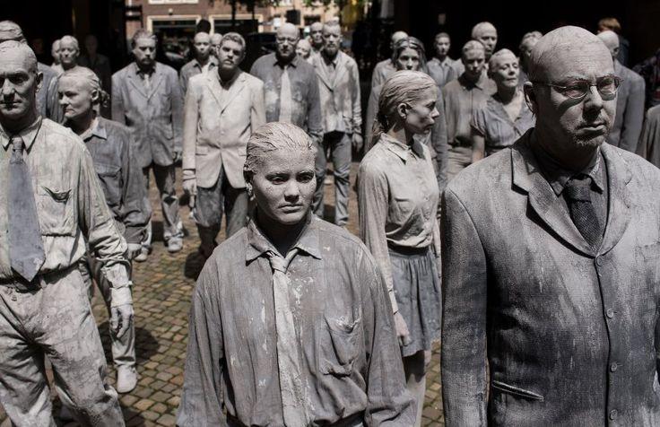 """Die grauen """"Lehmgestalten"""" bewegten sich wie Zombies durch die Innenstadt und..."""