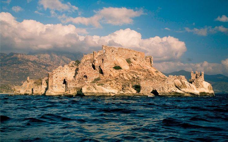 İKİZ ADALAR, BAFA, SÖKE, AYDIN FOTOĞRAF:  C. OĞUZTÜZÜN Herakleia antik kentinin denize açılan kapısı olan Bafa Gölü, günümüzde Büyük Menderes Nehri'nin taşıdığı alüvyonlarla dolarak Ege'yle bağlantısını kesmiş. Bir dönem yok olma tehlikesiyle karşı karşıya kalan ve koruma altına alınan göl, ilginç kaya oluşumları ve tarihi mekânlarıyla ekoturizmin önemli merkezlerinden.