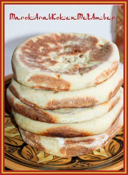 Een lekker gevuld Marokkaans broodje dat je bakt ineen tajine of in een koekenpan.Dit heb je nodigVoor het brood matlouh300 gram fijn griesmeel smida200 gram bloem3 eetlepels