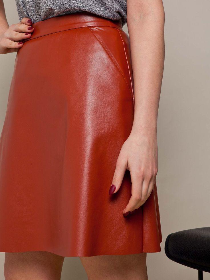 Короткая кожаная юбка солнце рыжего цвета. Коллекция весна-лето 2016.