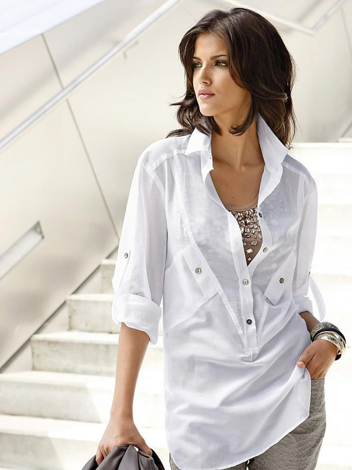 На фото модели демонстрируют белые сорочки