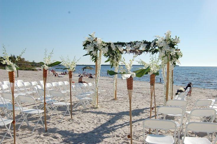 Se você pensa em um casamento diferente e adora a praia, o Casamento com tema Havaiano é uma ótima pedida. Abuse de cores, flores e frutas e arrase no seu grande dia!
