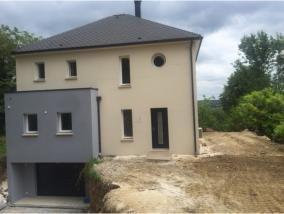 La maison de Mr et Mme V possède une surface habitable de 158 m² répartie sur deux niveaux.  La partie rez-de-chaussée offre un grand hall de 12 m², des WC, un grand séjour/cuisine de 56 m² et une chambre de 13 m² avec salle d'eau.  Le palier de 7 m² à l'étage dessert, quatre chambres, des WC et une salle de bains de 7 m².  La maison possède également un garage de 90 m².