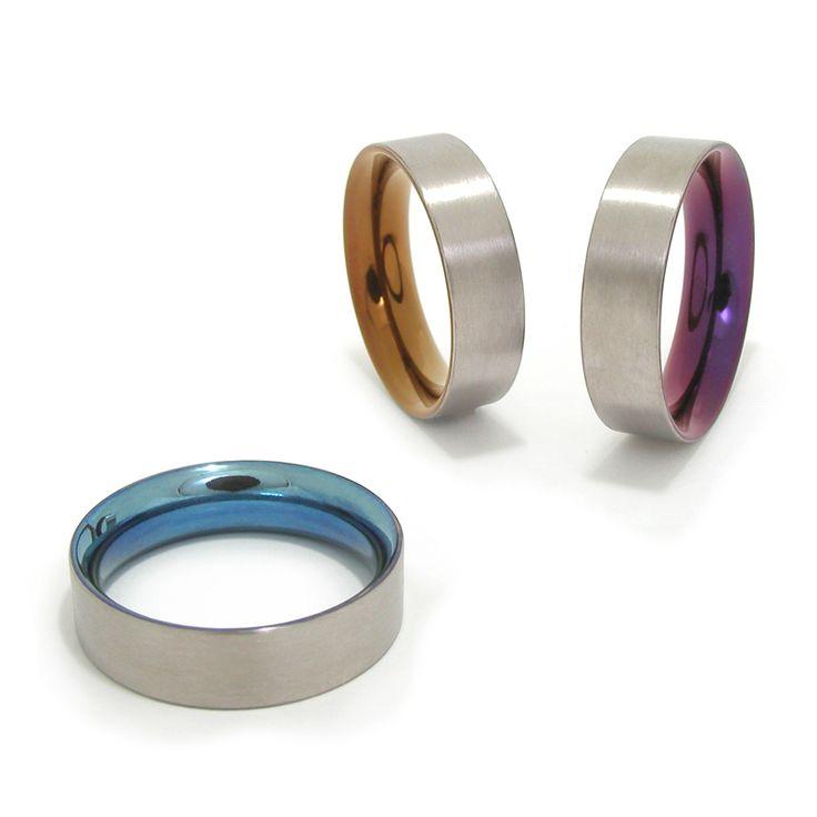 Titanium deels gekleurde ringen van Marc Lange 'Beauty Inside'. Aan de binnenzijde zijn de ringen gepolijst en gekleurd, aan de buitenkant zijn ze geschuurd afgewerkt en tonen ze de oorspronkelijke materiaalkleur. Vanaf E295,=.