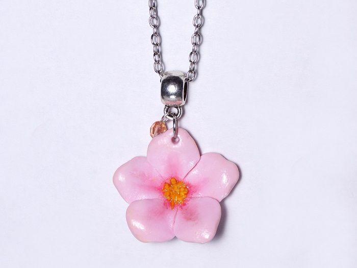 #DIY : Un #tutoriel qui vous explique étape par étape comment réaliser un joli collier #fleur de cerisier ! #fimo