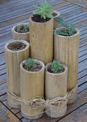 Ideal para cultivar plantas e flores em ambientes internos, os vasos e floreiras de bambu são uma alternativa criativa e funcional. Ao natural ou protegido por demão de verniz marítimo, os vasos e floreiras de bambu se adaptam muito bem a qualquer tipo de decoração