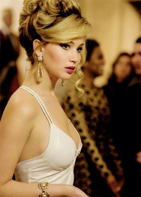 Jennifer Lawrence - American Hustle with a chunky bracelet and drop earrings   ..rh