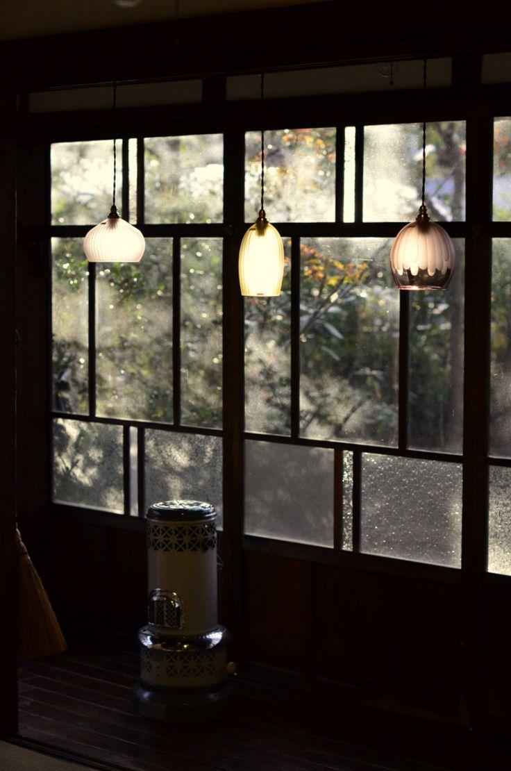 「目片千恵ガラス展~冬の光~」(~12/27迄)を開催中です。朝から冷たい雨。こういう寒い冬の日は、暖かい灯りが恋しくなります。目片さんのランプシェードは...