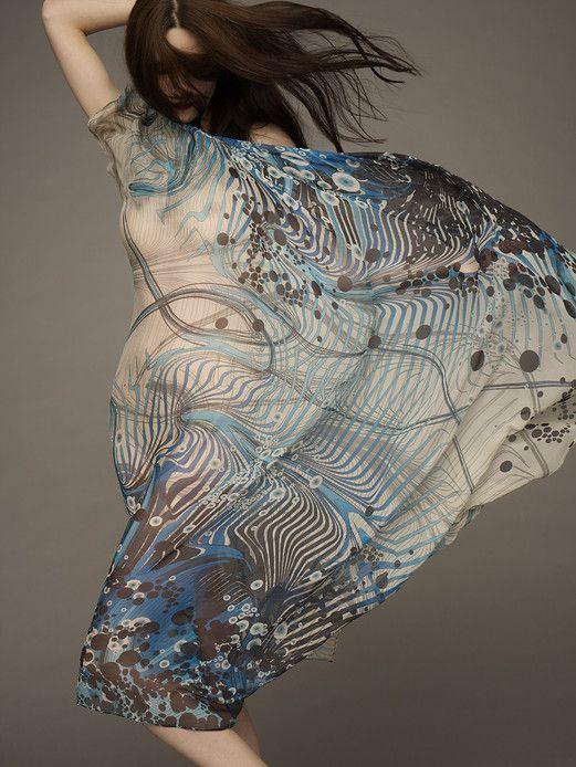 L'atelier de design Modern Love est composé de Sarah Arnett, illustratrice, et Kim Hunt, directrice artistique dans la mode. Elles se définissent comme des artistes « pionnier numérique », dite d'une personne née et instruite avant l'ère numérique mais qui intègre l'utilisation de la technologie dans son processus de création. Le duo partage une même passion pour la beauté, la couleur, le motif et le design. Elles sont inspirées par la flore et la faune du monde naturel, ce qui se traduit…