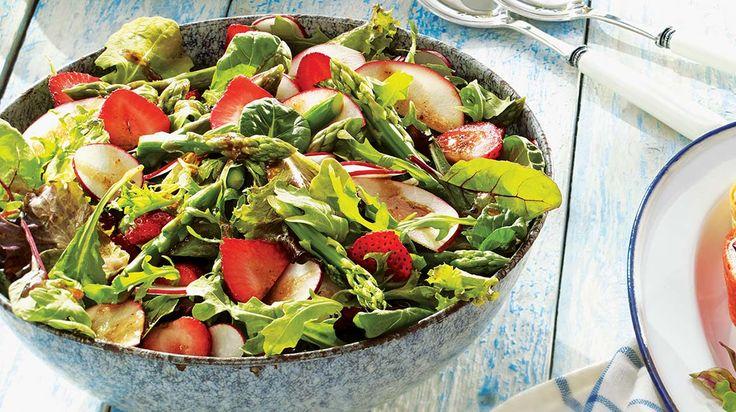 Salade estivale aux fraises, aux asperges et aux radis #IGA #Recettes #Salade #Fraise #Asperge #Radis