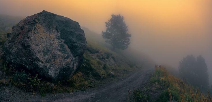 """Закат в туманах Приэльбрусья. Возвращаясь с водопада """"Девичьи косы"""", мы попали в плотную пелену тумана, хотя скорее это было облако, опустившееся ниже 2750 м. Автор: Scorpio"""