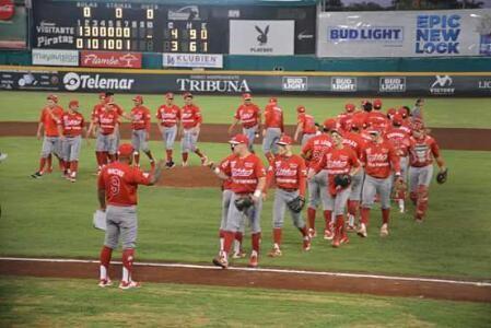 Campeche, Camp. 22 de julio.- La doble cartelera favoreció a los Diablos Rojos del México, quienes vencieron con idénticas pizarras de 4 a 3...