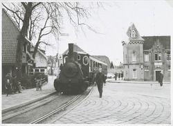 De laatste rit van de oude stoomlokomotief van de suikerfabriek naar het station. Dit omdat de suikerfabriek een diesellokomotief had aangeschaft. De stoomlokomotief in de Stationsstraat 1969