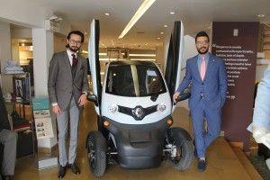 La marca francesa exhibe su vehículo eléctrico Renault Twizy en la tienda de Bugatti