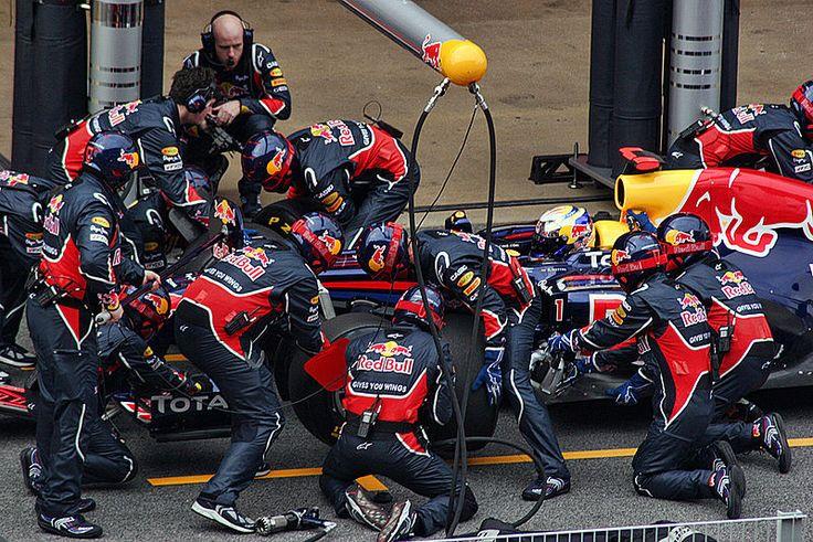 En esta imagen del pasado año podemos ver a un Red Bull en boxes. Parece ser que en el Mundial de Fórmula 1 2014 esta estampa se repetira en más de una ocasion. El RB10 está dando muchos problemas