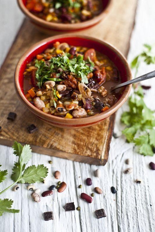Un beau mélange de haricots et de chocolat noir 70% voilà les ingrédients de ce chili vegan. Ne soyez pas craintif, c'est délicieux! Cette recette est inspirée du livre Green Kitchen Story.