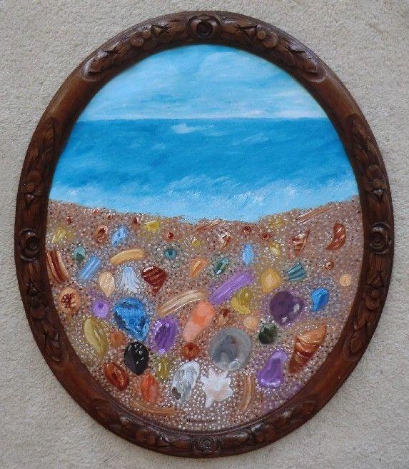 glasstrand in HANiera acryl op linnen  in ovaal  kader 68 x 58  Stukjes glas, de zee slijpt ze glad Ze glinsteren in de zon als zijn ze nat Het geheel is één prachtige keur aan kleuren Het is een absoluut adembenemend gebeuren