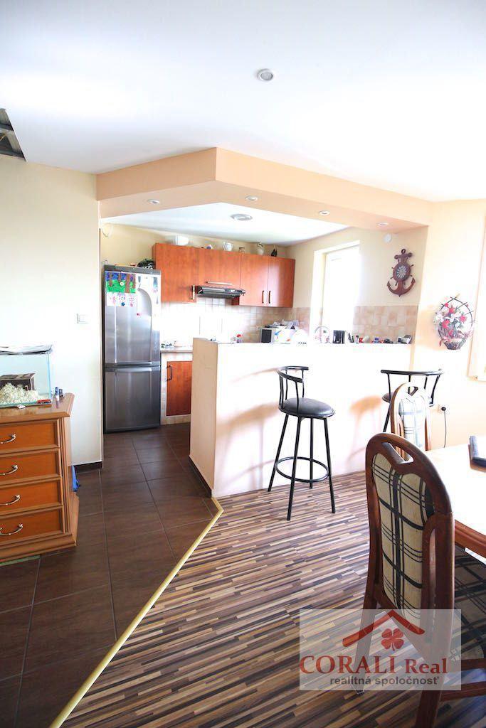 Ponúkame na predaj 5 izbový, dvojpodlažný dom v obci Pusté Úľany. Dom má ÚP 170…