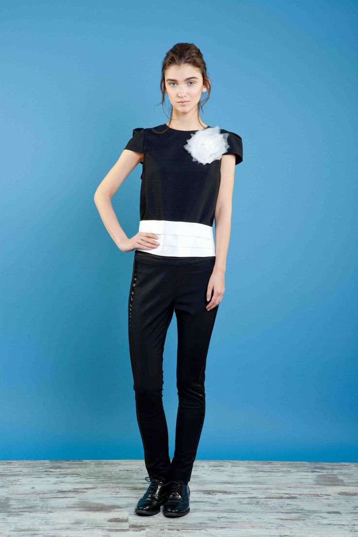 Top in crepe con spilla a fiore in organza, pantalone smoking skinny. #bonton #princesse #metropolitaine #fashion #top #trousers #smoking #black&white