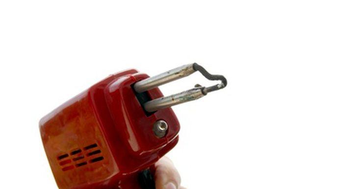 Pistola de soldar vs. cautín de soldar. Las pistolas de soldar y cautines hacen el mismo trabajo: calentar una conexión eléctrica de modo que el soldador pueda derretir el metal y fluir en los alambres. Mientras más caliente esté más fuerte será la pistola de soldar podrá ser utilizada para otros trabajos, como trabajos en vidrieras.
