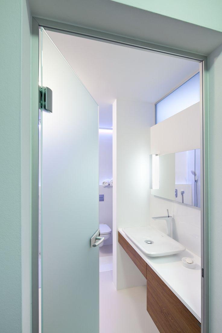 Celoskleněné dveře v koupelně - perfektní řešení, jak dostat do koupelny světlo. Mléčné sklo zároveň zajistí potřebné soukromí.