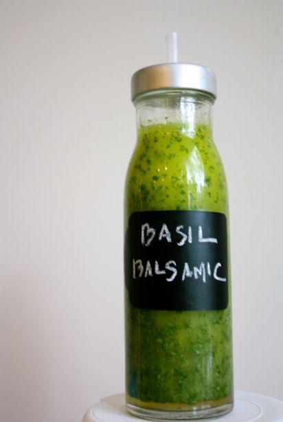 Vinaigrette basilic et balsamique - INGRÉDIENTS : 1/3 tasse de vinaigre balsamique blanc ; 1 tasse d'huile d'olive ; 1 tasse de feuilles de basilic ; 1 sel de mer de cuillère à café ; 1 cuillère à café de sucre ou de stevia