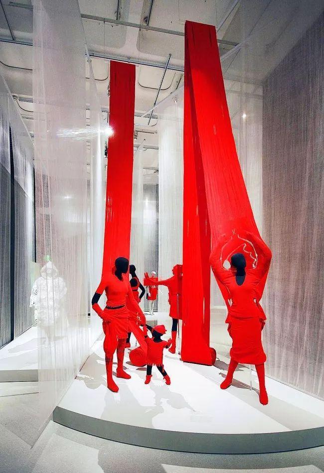 Броские красные наряды в центре помещения не останутся без внимания