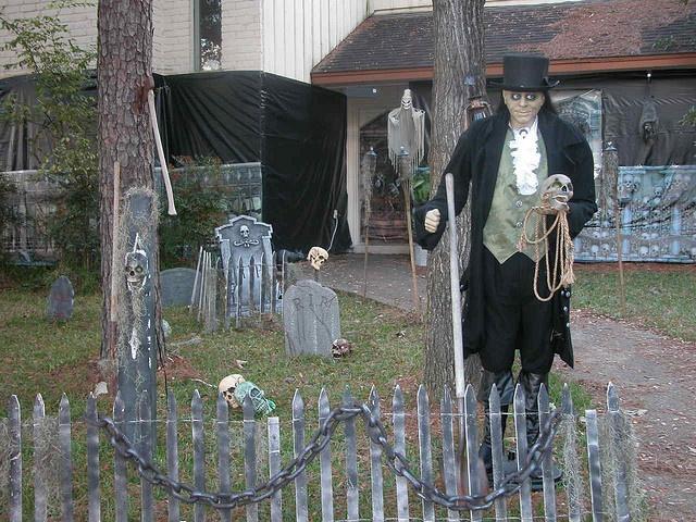 how to build your own halloween graveyard - Chrispy Halloween
