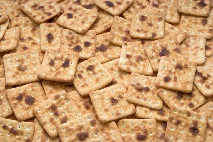 Ricetta per i crackers fatti in casa..........I crackers sono dei biscotti salati, asciutti e croccanti, spesso usati per sostituire il pane. L'idea di creare i crackers prende spunto dalle gallette militari e dal pane che i pescatori portavano in mare per giorni e giorni. Ovviamente ora è solo un sostituto del pane, comodo da portare in ufficio, per accompagnare insalate e salumi.