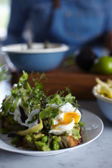 Grillad avokadotoast med pocherat ägg / Leilas Supermat ~ Recept | Leila Lindholm (leila.se)