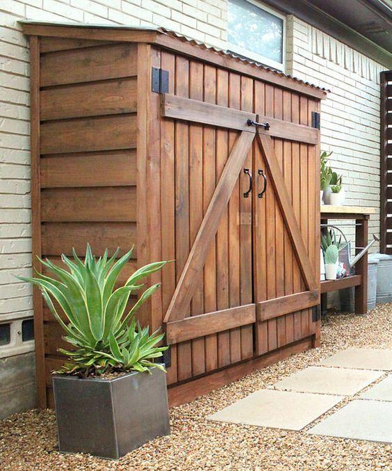 Barracão para guardar equipamentos de jardinagem.  Fotografia: Cavender Diary.