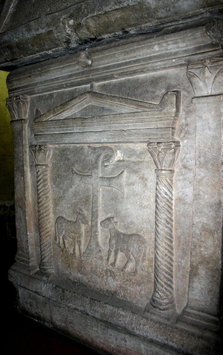 Cappella di Sant'Aquilino, basilica di San Lorenzo, Milano. Il sarcofago paleocristiano. III secolo