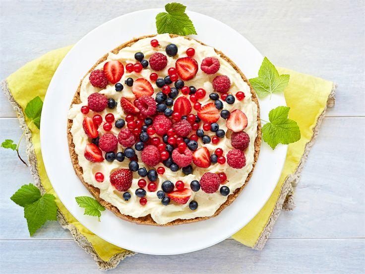 Valkosuklaakakku on todella helppo ja nopea valmistaa. Sitruunavoista tulee murupohjaan raikas sitruunan maku. http://www.valio.fi/reseptit/helppo-valkosuklaakakku/ #resepti #valio #leivonta