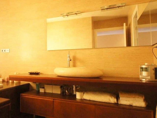 Mueble de baño de madera con pica de piedra. Decoración Alado