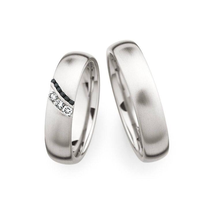 """Habt Ihr schon ein Motto für Eure Silvester-Party? Wie wäre es denn mit """"Black & White""""?  Dieses Ringpaar passt dann wunderbar dazu ;-) http://ralphzeller.de/  #trauringe #eheringe #juweliere #nürnberg"""