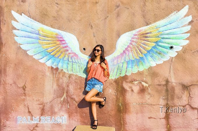 """福岡県糸島半島にある「天使の羽」の壁画が""""SNS映え抜群!""""と評判になり、若い女性を中心に注目を集めています。「天使の羽」があるパームビーチは、南国チックなカフェやショップが立ち並び、透明度抜群のピーチを眺めながら食を嗜めます。また車で1分程の「二見ヶ浦 夫婦岩」は、夕日の絶景が臨めるスポットとして有名です。今回は「天使の羽」を中心に、糸島・二見ヶ浦周辺のオシャレ&定番スポットをご紹介します!"""