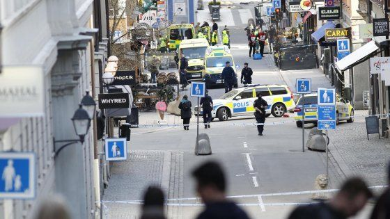"""Il testimone, un turista italo-marocchino scampato all'attacco: """"Parte della città è ancora bloccata ma nell'altra la vita va avanti: c'è una donna in bicicletta, un'altra che cammina con l'hijab, un ragazzo che va in palestra. È così che si dice che il terrorismo non vince"""""""