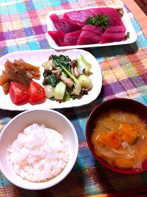 どーしてもお刺身が食べたくなって♪  あ☆お刺身は2人で~ - 1件のもぐもぐ - かぼちゃのお味噌汁、青梗菜としめじの酒粕ゴマ炒め、ヤーコンの煮物、トマト、マグロのお刺身 by ayakichi