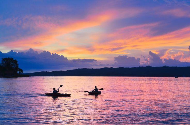 Conoce usted? Donde el cielo se pinta de colores pastel al caer la noche  Lago Peten Itza  Foto: Rony Rodríguez