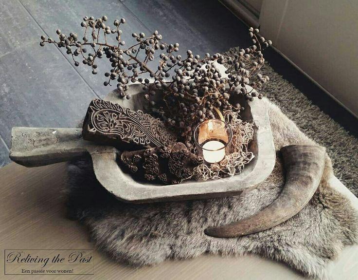 Eenvoudig & perfect op je salontafel ♡ Een oud houten trog, batikstempel, dadeltak & windlichtje. Leg er een mooi bontje bij en je hebt een heerlijk sfeerplaatje!