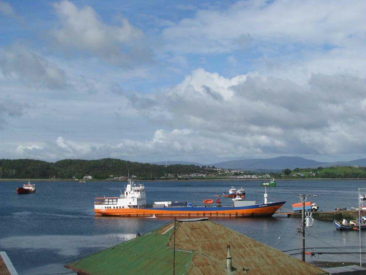El puerto de Quellón, Chiloé. // The Quellón Port, Chiloé. (X Región)