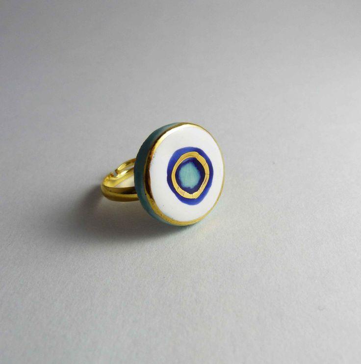 Ceramic ring, white disc with turquoise and gold. Bague céramique, disque blanc avec turquoise et or. de la boutique Tanaart sur Etsy
