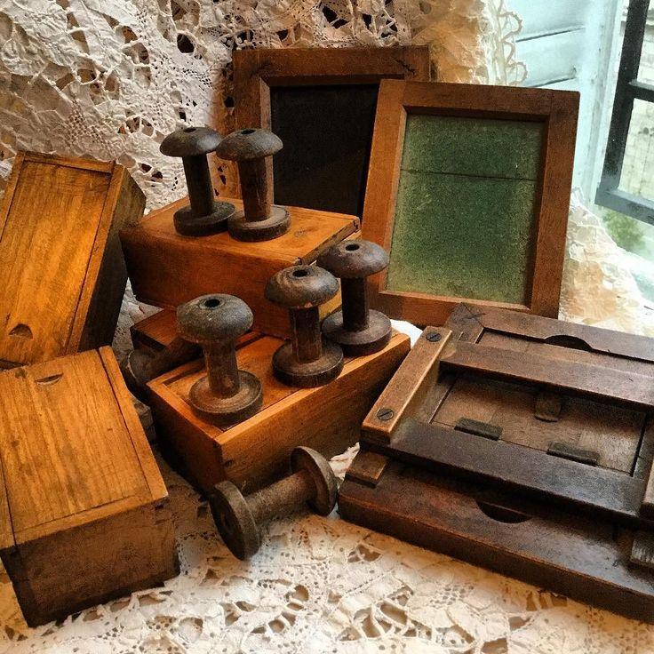 古い木の箱糸巻きそして額 いずれも手作り感たっぷり どれも存在感しっかり  #cadre #boîte #bobine #antique #vintage #antiquemania #galleryichi #古い木箱 #古い糸巻き #古い木製の額 #アンティーク #ヴィンテージ #gallery壹